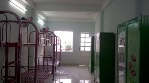 Nhà trọ cho thuê đầy đủ tiện nghi: giường tầng, tủ sắt, quạt máy